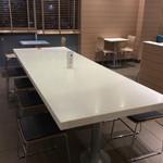 マクドナルド - こんな大型テーブルも2階にある。