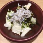 からり - [お通し] サラダ (キャベツ、しらす、韓国海苔)