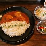 cafeウララカ - ランチセット  大山鶏のスパイシーチキンカレー (ドリンク、ミニサラダ、ピクルス付)