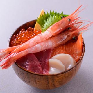 その時期に一番美味しい魚をドカッと盛った丼ものに