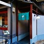 57146767 - 『京洋菓子司 ジュヴァンセル 祇園店』さんの店舗入口~!!通路を通って、奥のエレベーターで2階に上がる~♪(^o^)丿