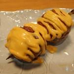 やきとり家すみれ - 特製つくね(チーズ1本290円)