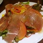 トラットリア アルベロ グランデ - 生ハムのサラダ(680円)。
