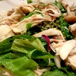 バウレット - 鶏肉とキノコとルッコラのサラダ