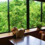 末広すし - 窓側のお席からは、四季折々の山間の景色がご覧いただけます!