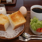 カフェ ヴィオロン - 中煎り珈琲とモーニングセット550円。