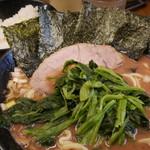 武道家 - ラーメン700円+ほうれん草100円。