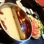中國家常菜 蘭蘭 麻辣火鍋館 - 旨みの白、辛みの赤のスープ