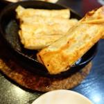 中國家常菜 蘭蘭 麻辣火鍋館 - 熱々の鉄鍋餃子(525円)