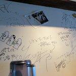 平塚のLottaのラーメン部 新澤屋 - カウンターのサイン