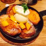 フラッグスカフェ&ダイニング - 2016/10/8 ディナーで利用。 フレンチアップルマンゴーセット(1,350円) のフレンチトースト! カリカリサクサク!生地自体がとても甘くておいしい!!