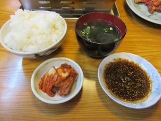 食道苑 - 【上カルビ定食 1300円】キムチ・ご飯・ワカメスープ付き♪