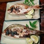瀬戸のおうち - 4人だったので、島で獲れた赤鯛と石鯛の塩焼きを追加で取ってシェアして食べた。