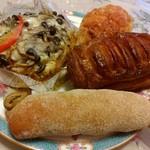 エス・ブーランジュリー - イタリアンカレーのフォカッチャ、フロマージュクッペ、パン屋さんのアップルパイ、オリーブのパンです♪