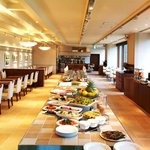 創菜Patio - ランチタイム 店内中央には様々なお料理が並びます♪ お好きな物をお好きなだけどうぞ!