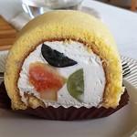 ウィークエンド カフェ - 料理写真:ロールケーキのクリームが俺大好き・需品で奥ゆかしい