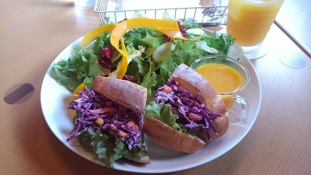 ユカフェ - 特製ジャークチキンと紫キャベツ、パプリカ、コーンのサンドイッチ(ドリンク付で税込1235円)は案外ボリュームあり。