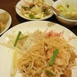 57174233 - ランチメイン料理「タイの焼きビーフン」と本日のプチビュッフェ料理(1230円」