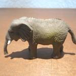 57174403 - 番号札代わりの象のフィギュア