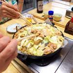 まるはち食堂 - 「まるはち規則」通り、手をとめずに鶏をひっくり返し続けます(笑)