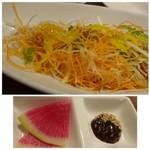 西中洲 楽久虎 - ◆上:糸島野菜サラダ(二人分◆下:前菜。前菜としてはサミシイですね。「紅芯大根」と「牛タン味噌」だそう。