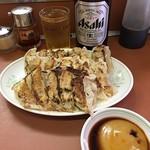 とんとん餃子 - 料理写真:水が多いのでややフニャフニャの餃子、味はホンマに美味しい。