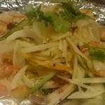 HANOI CORNER DINING BAR - パパイヤサラダ 何故かお皿にアルミ箔が敷いてあります