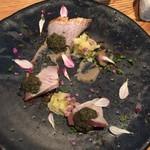 ラ・ボンヌターブル - ブリの炙り、トンブリのドレッシング、白ネギ、ゴボウ、紫蘇
