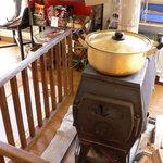 ねこや食堂 - 薪ストーブのおかげで温かいです