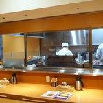 とり五鐵 - 店内:カウンタと厨房