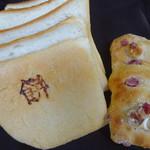 57194486 - 餅麦食パン・クランベリーとカシューナッツチャバタ