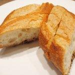 コルクルム - 牛ハラミのステーキ 粒マスタードソース 1200円 のパン