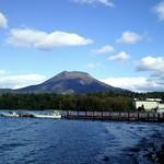 57197709 - 阿寒湖と雄阿寒岳。