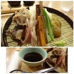 生うろん八幡 - *麺は「細麺」で長い場合はカットできるよう「ハサミ」が添えられているのが面白い。 「茄子の煮びたし」「茗荷」「ごぼう」「茹で肉」などが盛られ、お味の変化を楽しめるようです。 ツユのお味も好みだそう。