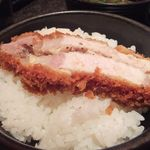 とんかつ マンジェ - 食べ応え満点!ラージサイズの塩ニンニクとんかつオンザライス。タマラン美味さ…。