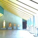 NEZUCAFE - 本館1F ホール(右が庭園/奥が展示室/左にコインロッカー&ウォーターサーバーがあります)