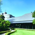 NEZUCAFE - 本館 庭園側(NEZU CAFE入口から眺める本館)