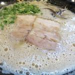 博多 一成一代 - 本日は夜飲みです。これはシメのラーメン。アワワ~の濃厚豚骨!