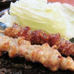 博多 一成一代 - 博多ご当地グルメとして紹介されて以来、大ブームのとり皮串です。                             ひも状にカットした鶏皮を串にぐるぐると巻きつけて、脂を落としながらカリッと焼きあげたもの。