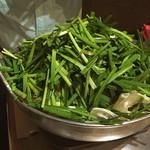 楽天地 - 本場で元祖もつ鍋を食べました。ニンニクとお野菜たっぷりのピリ辛♪( ´▽`)