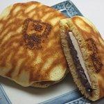 宝達山本舗 松月堂 - しっとり柔らかな虎皮焼きにクリームチーズと粒あんをサンドした『宝達サンド』が人気です。