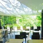 NEZUCAFE - 外壁ガラス越しに見るカウンター