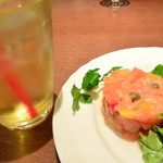 トスカチーナ - セットのウーロン茶と前菜・スモークサーモンと香味野菜のタルターラ   2016.10