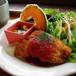 """57219601 - グラニットランチ                        この日のメインは""""タラのフライ トマトソース""""                         デリ二種(ラタトゥイユ・豚肉と豆)、カボチャフライ、スープ付き"""