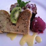 カフェレストラン ラヴィータ - ランチ、300円プラスのデザートプレート。アールグレーのシフォン、チョコレートケーキ、ラズベリーシャーベット。 サイコー!!