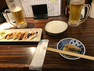 天城 - つきだしと煮穴子580円。冷えたビール450円。