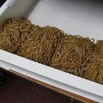 大豆生田商店 - 地元製麺所に特注する、コシの強い細蒸し麺。