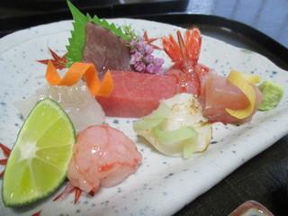 つる幸 - 天然鮪、鰹、ひらめ、しま海老、さわら、ばい貝、甘エビラー油味つけ