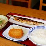 日進かにこう食堂 - 料理写真:秋刀魚の塩焼き、豚汁、コロッケ、ごはん中