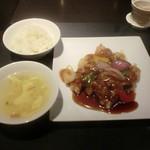 57247482 - 銘柄豚(金華豚)の酢豚 黒酢ハチミツソース、スープ、ご飯